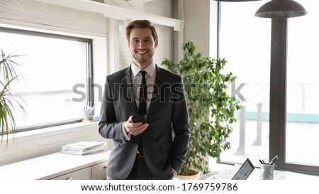 Foto di successo business partner abiti smartphone piedi Foto d'archivio © deandrobot
