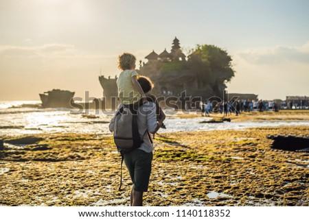 menino · turista · templo · oceano · bali · Indonésia - foto stock © galitskaya