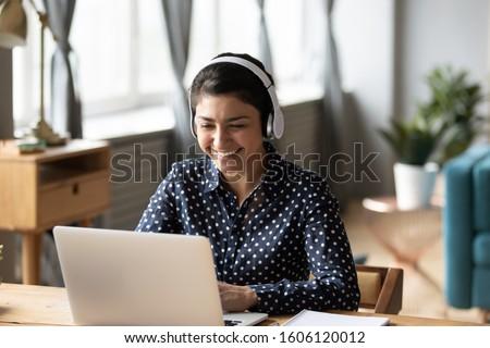 Jonge vrouw buitenlands taal internet balkon achtergrond Stockfoto © galitskaya