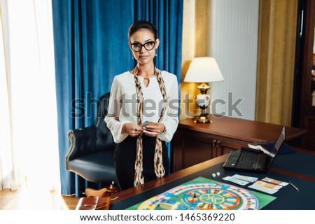 Gyönyörű lány játék üzleti stratégia társasjáték pénz lány Stock fotó © ruslanshramko