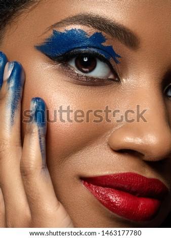 Extremo modelo escuro batom vermelho make-up Foto stock © serdechny