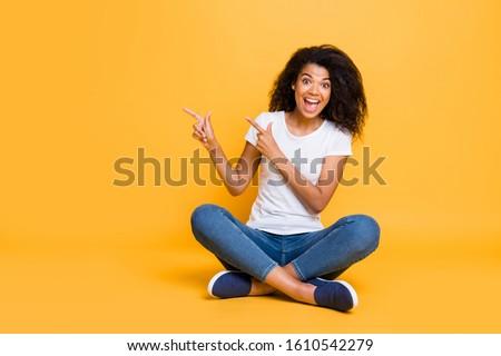Sorridente morena menina amarelo tshirt Foto stock © pressmaster