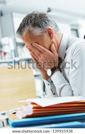 Llorando cansado empresario depresión mano Foto stock © ia_64