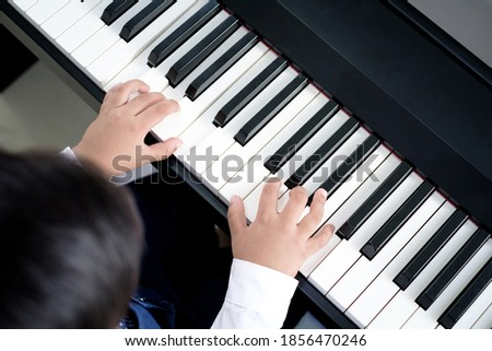 Kezek fiatal zenész kisajtolás kulcsok zongora Stock fotó © pressmaster