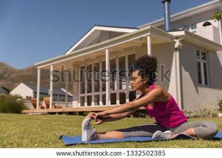 Elöl kilátás gyönyörű fiatal nő előad Stock fotó © wavebreak_media