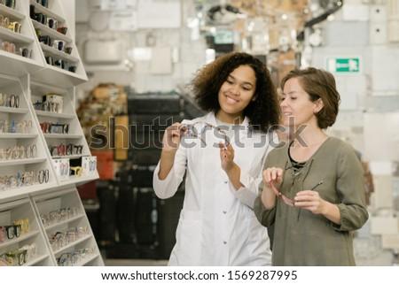 Młodych udany konsultant optyka sklep Zdjęcia stock © pressmaster