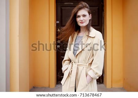 Bella giovani moda modello indossare trincea Foto d'archivio © dashapetrenko