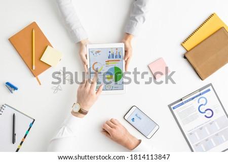 Ręce dwa współczesny finansowych dokumentów Zdjęcia stock © pressmaster
