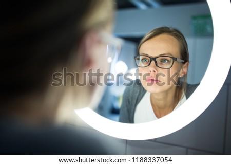 yorgun · genç · kadın · banyo · bakıyor · kamera - stok fotoğraf © wavebreak_media