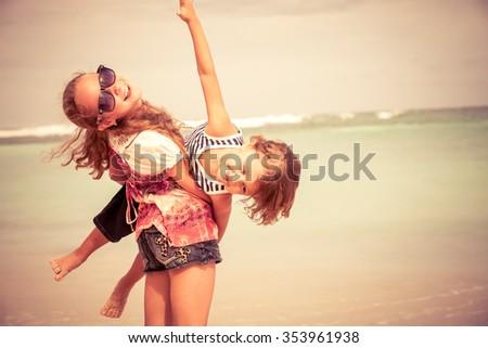 Stock fotó: Fiútestvérek · játszik · együtt · gyönyörű · tenger · kristály