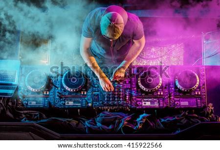 Jonge knap spelen muziek handen man Stockfoto © hsfelix