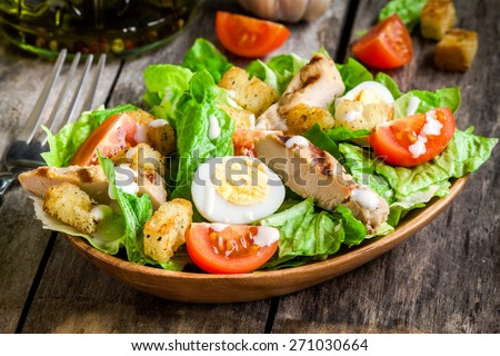 saludable · pollo · a · la · parrilla · ensalada · cesar · queso · mesa · de · madera · hoja - foto stock © yatsenko