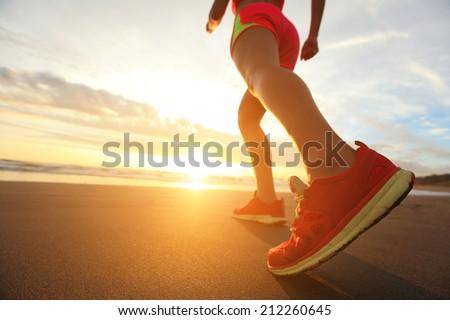 亞軍 腳 運行 濱 鞋 商業照片 © -Baks-