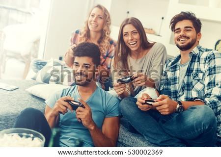 Gruppe jugendlich Freunde spielen Videospiele Couch Stock foto © pikepicture