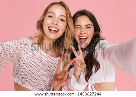 Donne amici isolato rosa muro Foto d'archivio © deandrobot