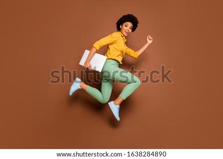 Imagen joven saltar skateboard Foto stock © deandrobot