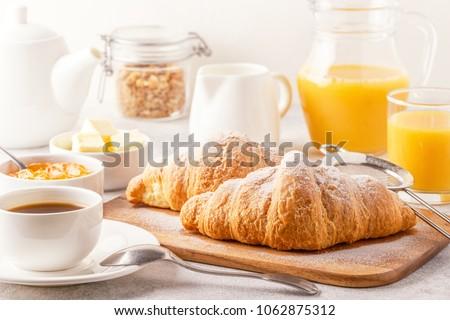 Ontbijt croissant koffie aardbei jam plaat Stockfoto © dashapetrenko