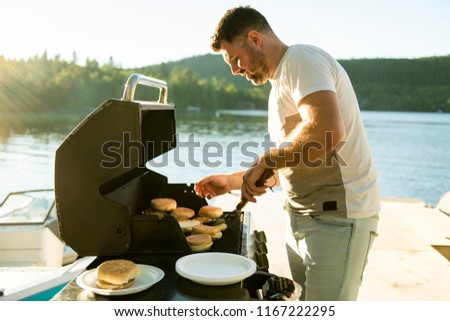 Padre hamburguesa parrilla aire libre cerca lago Foto stock © Lopolo