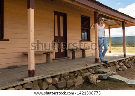 Mutlu kadın eski kereste ev Stok fotoğraf © lovleah