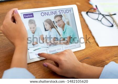 Kadın düğme touchpad göstermek Stok fotoğraf © pressmaster