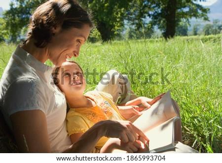 Oldalnézet gondoskodó anya lánygyermek olvas mesekönyv Stock fotó © wavebreak_media