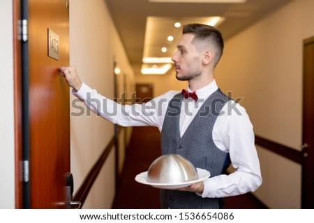 молодые элегантный официант продовольствие один двери Сток-фото © pressmaster
