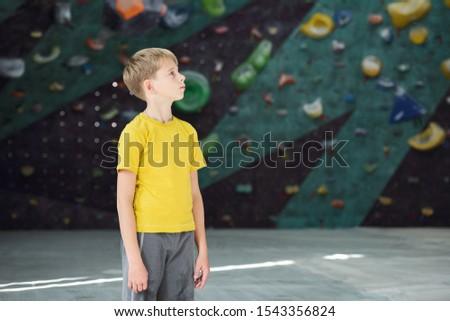 Zeitgenössischen tätig Schüler gelb tshirt grau Stock foto © pressmaster