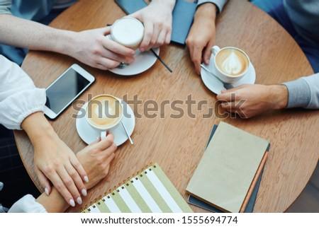 Kezek főiskola diákok kütyük italok asztal Stock fotó © pressmaster