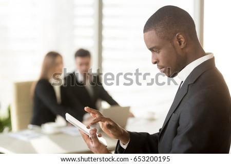 imprenditore · digitale · tablet · edificio · per · uffici · sorridere · internet - foto d'archivio © wavebreak_media