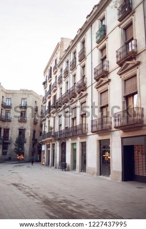 Velho edifícios rua Barcelona Espanha vazio Foto stock © ShustrikS