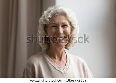Fotó kellemes néz fürtös hölgy mosoly fogakkal Stock fotó © vkstudio