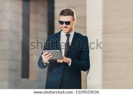 Divatos fiatal férfi bankár jövő bankügylet Stock fotó © vkstudio