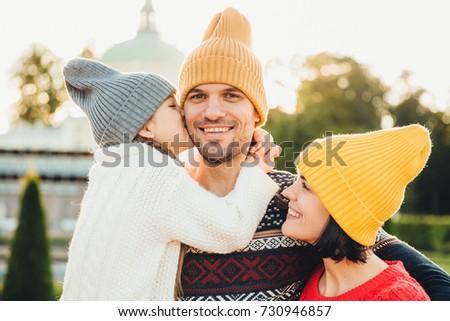 Agradable mirando nina agradecido padre compra Foto stock © vkstudio