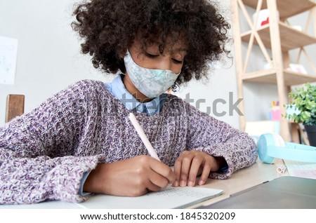 Iskolás lány lány maszk tanul házi feladat otthon Stock fotó © Illia