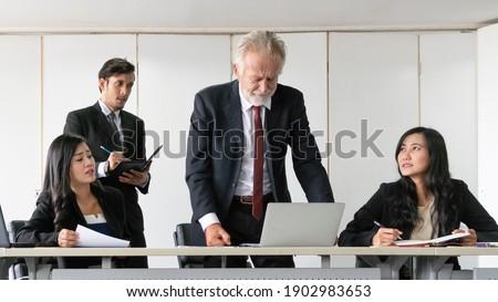 Młodych zespołu ludzi posiedzenia około laptop Zdjęcia stock © photography33