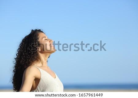 jonge · vrouw · glimlach · gras · sport · natuur · fitness - stockfoto © hasloo