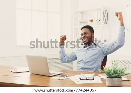 Afrikaanse zakenman winnaar succes opgewonden glimlachend Stockfoto © NikoDzhi