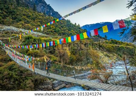 Kadın backpacker asma köprü himalayalar Nepal trekking Stok fotoğraf © blasbike