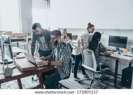 Colegas trabalhando laptop escritório empresário teia Foto stock © Minervastock