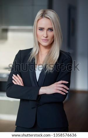giovani · bruna · donna · d'affari · piedi · abito · nero · grigio - foto d'archivio © dash