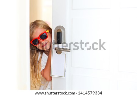 Feliz little girl óculos de sol quarto de hotel abertura Foto stock © dashapetrenko