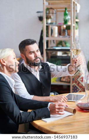 Dois colegas consultor um vinho Foto stock © pressmaster
