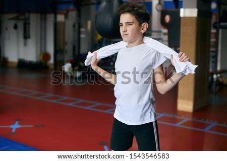 Młodych sportowiec biały tshirt sportowe szorty Zdjęcia stock © pressmaster
