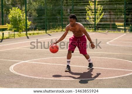 Fiatal kosárlabdázó testmozgás labda játszótér mozog Stock fotó © pressmaster