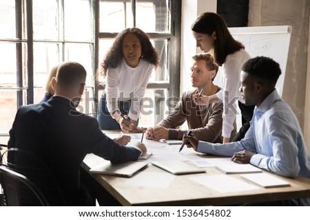 jonge · uitvoerende · collega's · bespreken · analyse · werken - stockfoto © Freedomz