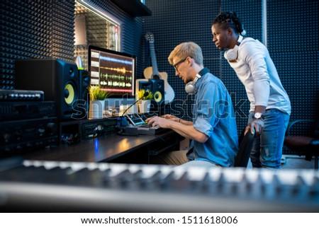 Um jovem músicos teclas colega Foto stock © pressmaster