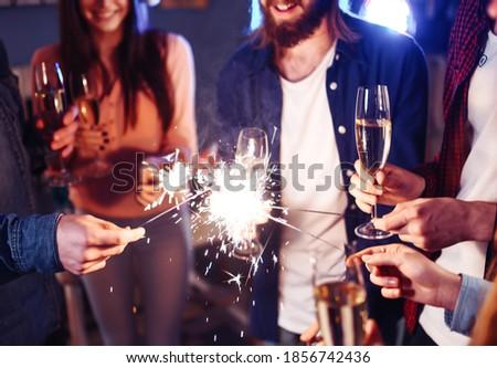 Eller genç arkadaşlar yanan bengal Stok fotoğraf © pressmaster