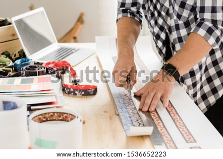 Jóvenes casual artesano cuchillo gobernante Foto stock © pressmaster