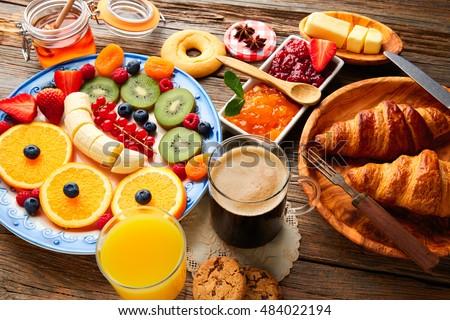 Koffie vruchten granen croissant houten tafel gezonde Stockfoto © dashapetrenko