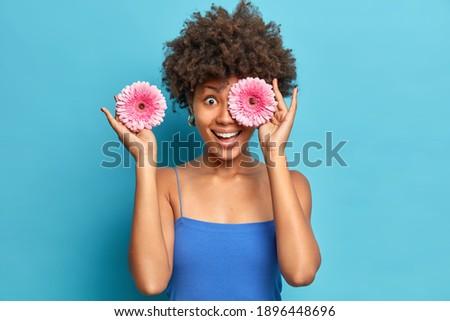 Brunetka zachwycony niebieski kobiet model zadowolony Zdjęcia stock © vkstudio